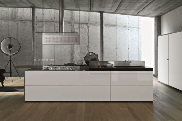 Kuchnia wyróżnia się bardzo cienkimi i lekkimi frontami. Jest to możliwe dzięki aluminiowym ramkom, do których montowane są fronty.