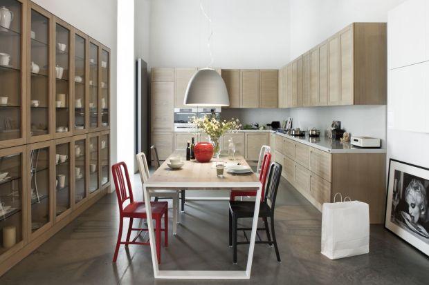 Kuchnia o klasycznym wzornictwie. Fronty szafek z zastosowanym zamiast uchwytów frezem, wykonane są z litego drewna dębowego.