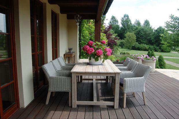 Na świeżym powietrzu wszystko smakuje lepiej. Sami sprawdźcie, urządzając na czas letni, jadalnię na tarasie, w ogrodzie lub na balkonie.