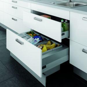 Dzięki wykorzystaniu przestrzeni w cokole, zyskujemy więcej miejsca na segregator na śmieci. Na zdjęciu rozwiązanie w meblach firmy Alno. Fot. Alno