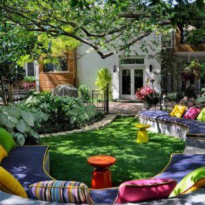 Odpoczynek w domu nie musi oznaczać zamknięcia w czterech ścianach. Doskonale odpoczywa się także w ogrodzie. Fot. Homedesigning