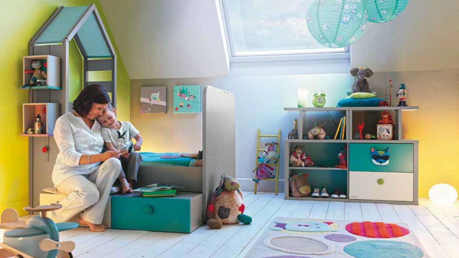 Meble dziecięce nie muszą być nudne. Łączenie ze sobą funkcji np. łóżka z półkami, to ciekawe rozwiązanie. Pasują do tego delikatne kolory i zabawne kształty. Fot. Galipette and Moulin Roty