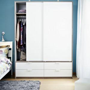 Szafa Trysil z przesuwnymi drzwiami pozwala zaoszczędzić przestrzeń. Drzwi nie zajmują dodatkowego miejsca po otwarciu. Fot. IKEA