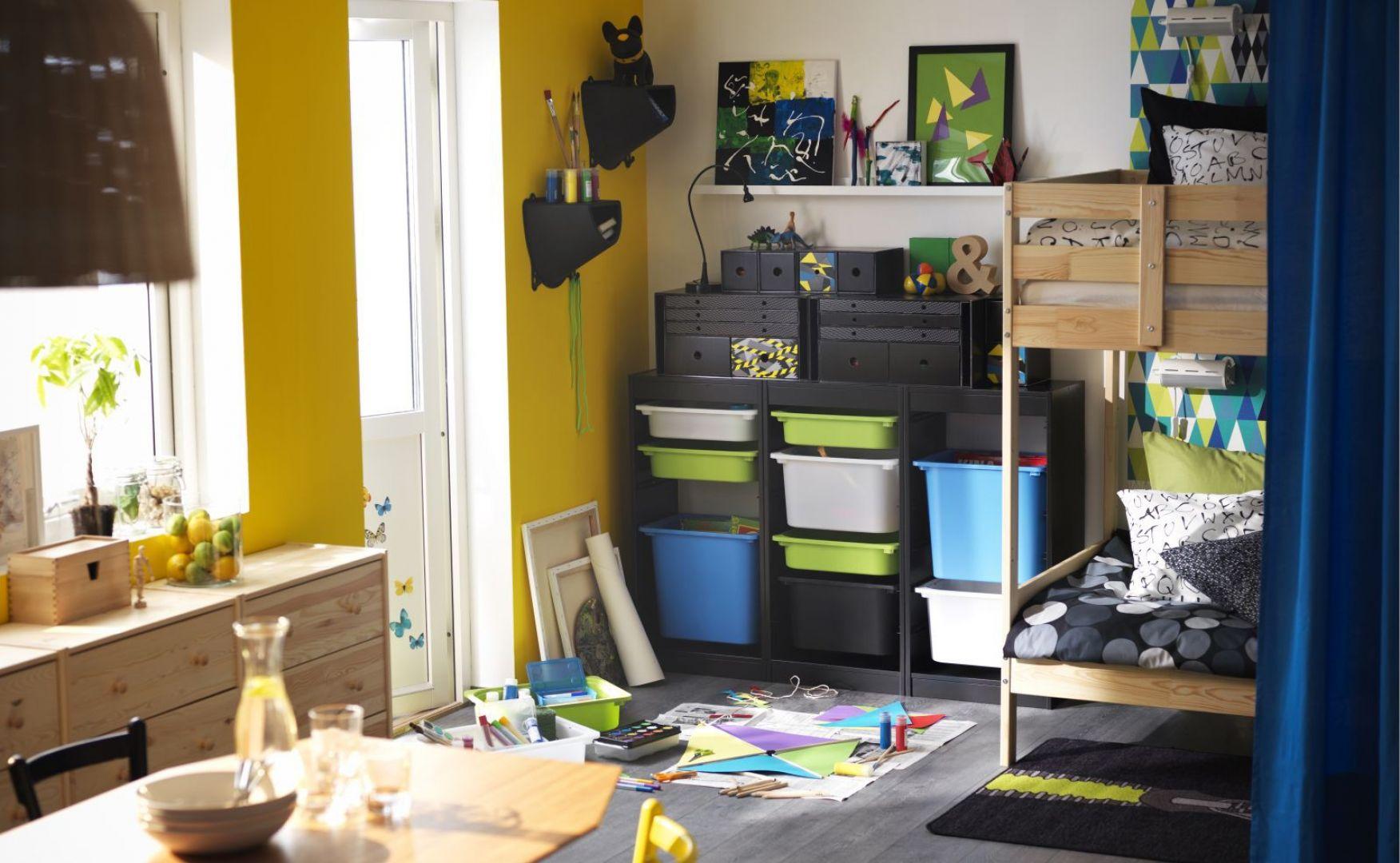 Systemy Trofast to odkryte szafki, w których umieszcza się plastikowe pojemniki. Dzięki takiemu rozwiązaniu zyskuje się wiele miejsca na małe zabawki i artykuły papiernicze. Fot. IKEA