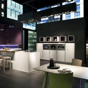 Aby zafundować sobie taką kuchnię, trzeba dysponować dużą przestrzenią, najlepiej loftem. Fot. Rational