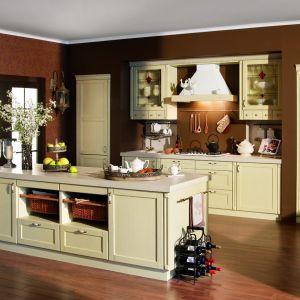 """Kuchnia """"Perła"""", firma Meblobuk. Propozycja wykonana z drewna dębowego, lakierowanego na kolor ecru, wykończona pilastrami i wieńcami w tym samym kolorze. Fot. Meblobuk"""