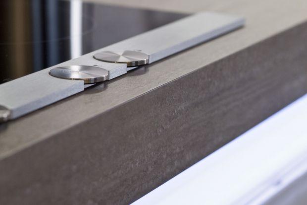 O ile w przypadku materiałów naturalnych jak kamień czy drewno, paleta wzorów jest dość ograniczona, od powierzchni laminowanych czy wykonanych z kompozytów wymagamy zazwyczaj czegoś więcej.