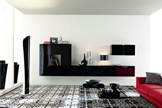 Oto 15 propozycji mebli systemowych do salonu prezentujących ciemną kolorystykę zarówno drewna, jak i powierzchni lakierowanych na wysoki połysk.