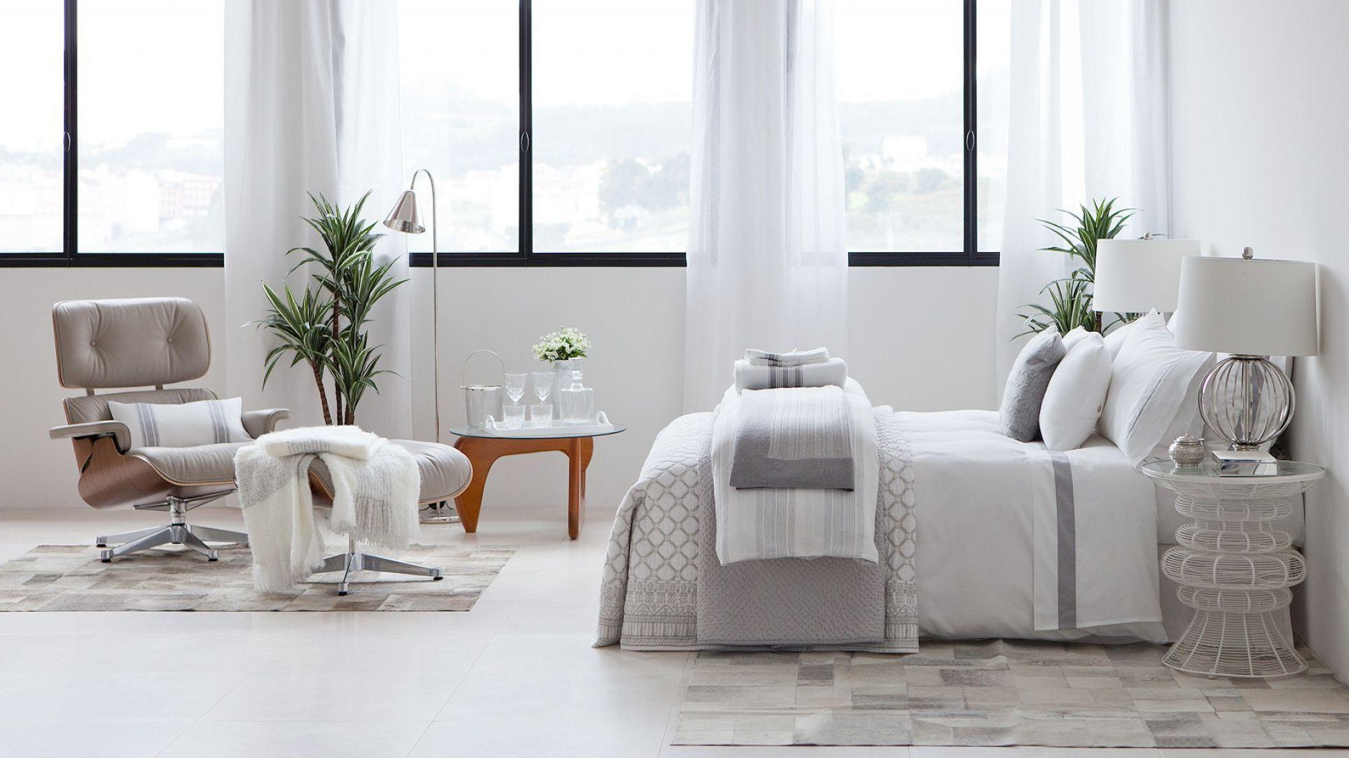 Biała pościel i białe łóżko to nie przesada. Jeśli przełamiemy je delikatnym kremowym kolorem, sypialnia będzie wyglądać kojąco Fot. Zara Home