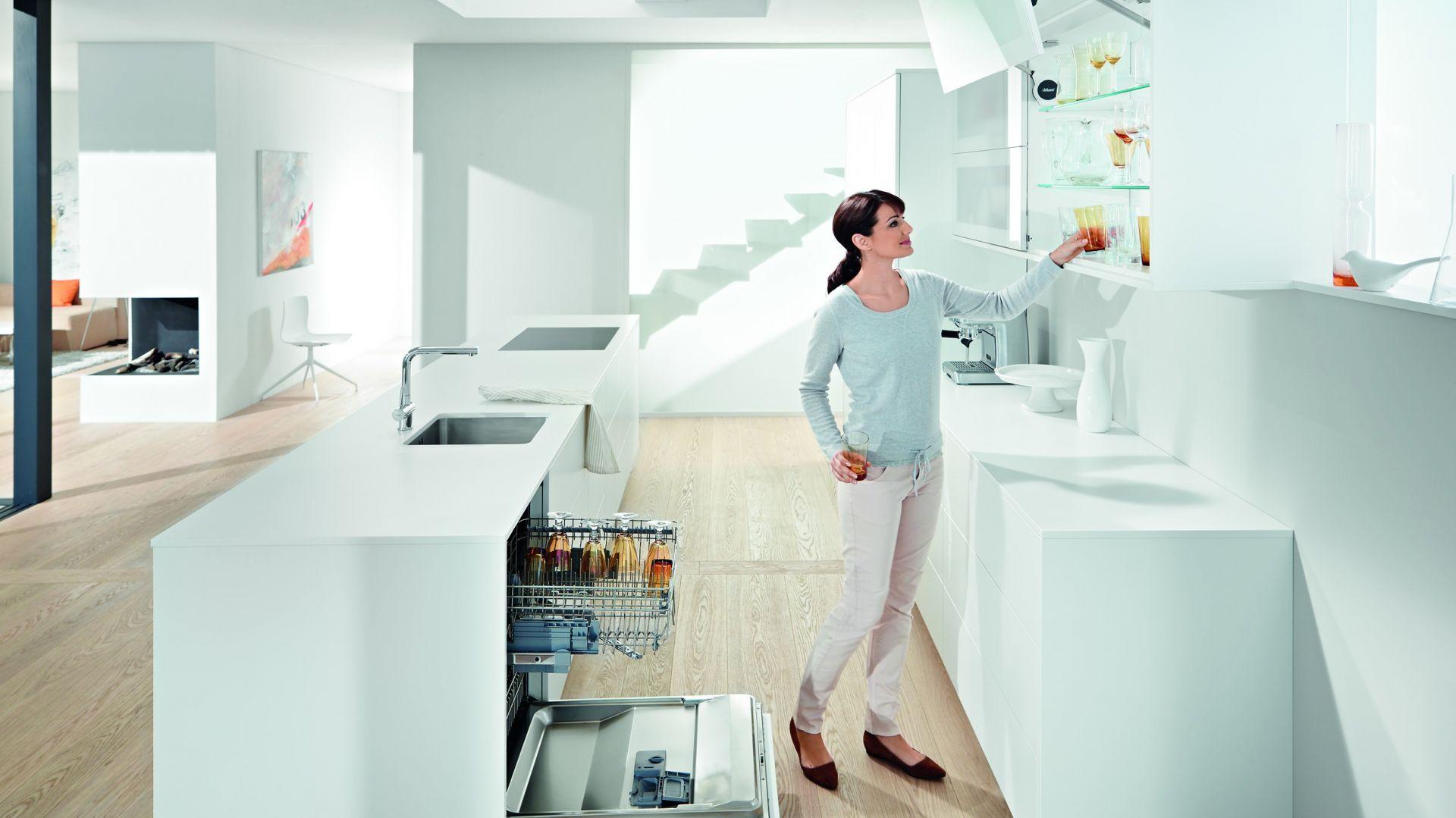 """W górnej zabudowie kuchni warto postawić na mechanizmy ułatwiające otwarcie szafki. Na zdjęciu podnośnik """"Aventos HF"""" do wysokich i średnich szafek górnych z dwuczęściowymi frontami. Fot. Blum"""