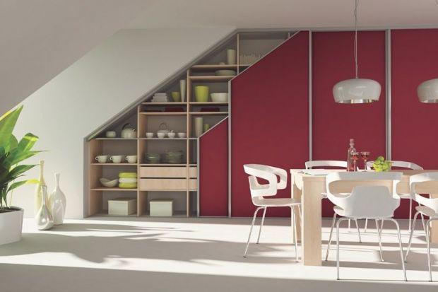 Przestrzeń pod schodami lub skosami dachu to miejsca wręcz wymarzone do stworzenia praktycznej szafy. Jednak zapewnienie dobrego dostępu do jej wnętrza to już zupełnie inna bajka. Rozwiązaniem tego problemu są systemy drzwi przesuwnych.
