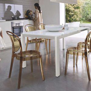 Kolekcja krzeseł Parisienne marki Kler doskonale komponuje się z lakierowanymi stołami. Fot. Kler