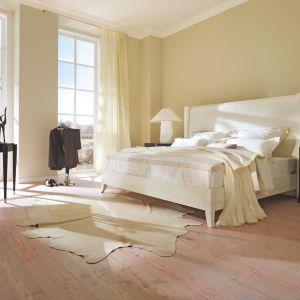 """Sypialnia """"Downtown"""" marki Selva. Prosty, nieco wyższy niż tradycyjne, zagłówek i kremowy odcień bieli tworzą doskonałą harmonię we wnętrzu sypialni. Fot. Selva"""