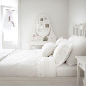 """Białe łóżko w stylu skandynawskim. Sypialnia """"Hemnes"""" marki IKEA będzie świetnie prezentować się właśnie w takiej stylistyce sypialni. Fot. IKEA"""