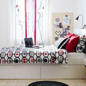 Łóżko Brimnes dedykowane jest do małych wnętrz. 4 duże szuflady zapewniają dodatkową przestrzeń do przechowywania pod łóżkiem. Fot. IKEA