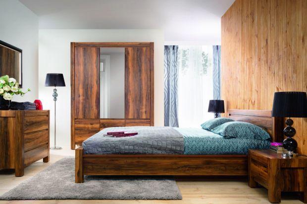 """Nutkę egzotyki w sypialni """"Orient"""" odnaleźć można w wyjątkowym wybarwieniu z wyraźnie widoczną strukturą drewna."""