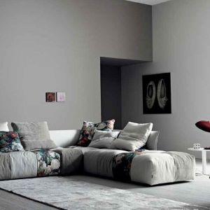 Modułowa sofa z poszyciem w kontraktujących deseniach. Fot. Saba
