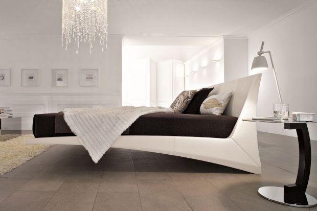 Łóżka oferowane przez włoskich producentów to przede wszystkim finezja form. Szczególną uwagę projektantów zajmują wezgłowia. To one najczęściej decydują o charakterze mebla.