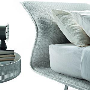 Patricia Urquiola zaprojektowała łóżko o charakterystycznie wygiętym, cienkim wezgłowiu. Fot. Archiwum.