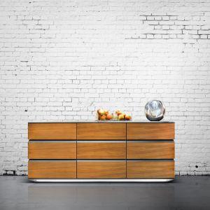 """Komoda z kolekcji """"Zebra"""" firmy Klose. Doskonałe, harmonijne połączenie drewna ze stalowymi elementami.  Fot. Klose."""