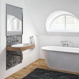 Prosta w stylistyce łazienka sprawi, że będzie się w niej cudownie odpoczywać. Im mniej przedmiotów wokół niej, tym mniejsza ilość rzeczy skupia naszą uwagę. Fot. Mowo Studio