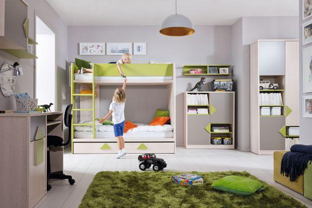 Największym wyzwaniem w urządzaniu pokoju rodzeństwa jest odpowiednie dobranie łóżek. Dzieci, mimo wspólnego pokoju, muszą mieć komfort i poczucie odrębności. Jak im to zapewnić, jeśli metraż pomieszczenia nie jest zbyt duży? Wystarczy zaku