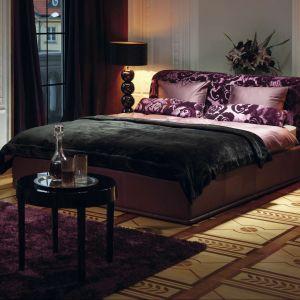 Niezwykle elegancki, tapicerowany zagłówek może być ozdobą całej sypialni. Motywy kwiatowe na wezgłowiu można zestawić z elementami pościeli w te same wzory. Fot.Kler