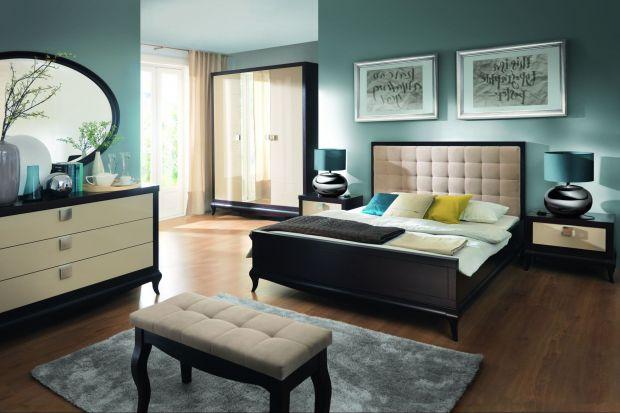 Ławka w sypialni ma wiele funkcji - można na niej spocząć po ciężkim dniu, postawić dekoracyjne drobiazgi, położyć przygotowane na kolejny dzień ubrania lub pled, którym otulamy się podczas wieczornej lektury.