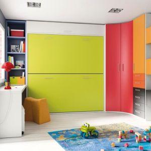 Fronty szafy w intensywnych barwach to ozdoba pokoju dziecka. Równocześnie taka zabudowa zapewni wiele miejsca do przechowywania odzieży i zabawek. Fot. Muebles Lara