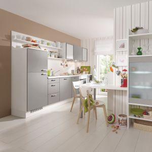 Półki nad lodówką to dobrze wykorzystane miejsce w kuchni. Fot. Alno