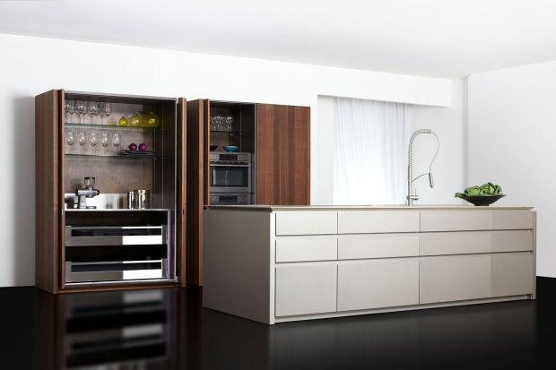 Szafa nie zawsze ma swoje miejsce w sypialni. Dzięki wysokim zabudowom można w pomieszczeniu kuchennym stworzyć spiżarnię z prawdziwego zdarzenia.