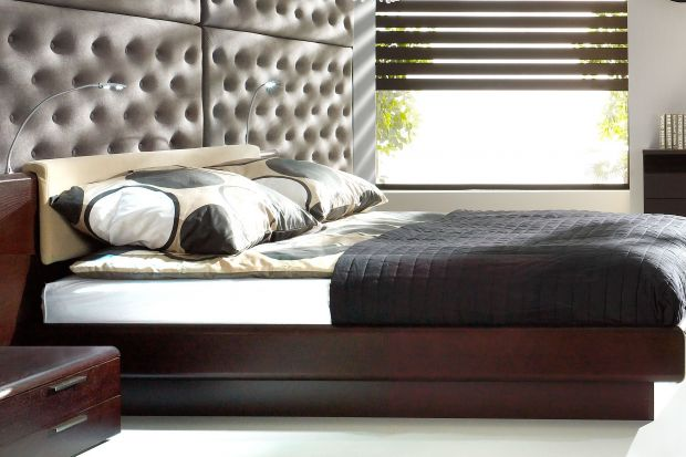 Zamontowane w wezgłowiu łóżkasystemy oświetleniowe spełnić mogą dwie funkcje. Przydadzą się zarówno kiedy chcemy stworzyć w sypialni niepowtarzalną, nastrojową atmosferę, jak też gdy zależy nam komforcie wiec