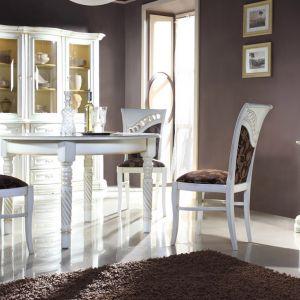 Kolekcja Szmaragd to kolekcja tworząca klimat wnętrza. Lekkość, dekoracyjna finezja i elegancja - to meble w stylu romantycznym. Fot. Mebin