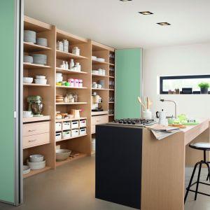 Systemy szaf pozwalają na wygodne przechowywanie w każdym pomieszczeniu. Dzięki drzwiom otwieranym jak harmonijka, mamy łatwy dostęp do całej zawartości szafy. Fot. Raumplus