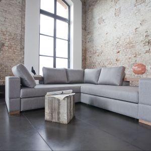 Zestaw wypoczynkowy Arezzo to wyjątkowo ciekawy i komfortowy narożnik. Dla maksymalnej wygody zastosowano w nim odchylane oparcia i drewniane półki, które mogą stanowić doskonałą alternatywę dla kawowego stolika. Narożnik posiada również przydatną funkcję spania i obszerny pojemnik na pościel. Fot. Bizzarto