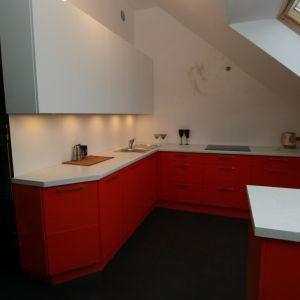Biało czerwona kuchnia na poddaszu, meble marki Meble Stelmach. Fot. Meble Stelmach