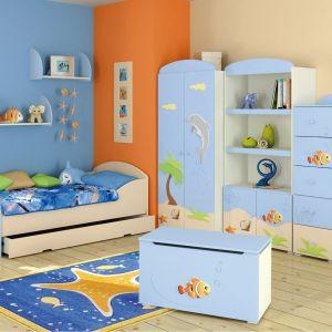 Morski błękit oraz ciekawe motywy są dobrym połączeniem do pokoju dziecięcego. Należy jednak pamiętać, że dziecko z aplikacji na meblach może wyrosnąć. Fot. Baggi Design