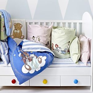 Białe meble są ostatnio bardzo popularne. W pokoju dziecka warto ożywić je kolorowymi dodatkami, jak chociażby gałkami w różnych kolorach. W łóżeczku Gonatt zastosowano dodatkowo zdejmowany bok, dzięki czemu można stworzyć dziecięcą leżankę. Fot. IKEA