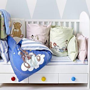 Pokój dziecka warto ożywić kolorowymi dodatkami, jak chociażby gałkami w różnych kolorach. W łóżeczku Gonatt zastosowano dodatkowo zdejmowany bok, dzięki czemu można stworzyć dziecięcą leżankę. Fot. IKEA