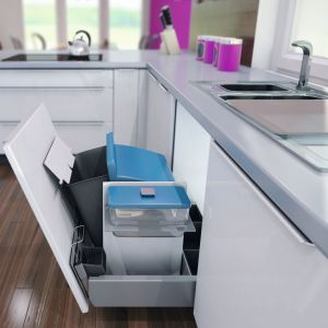 Kosz Samba do szafki pod zlewem uchyla się wraz z frontem szafki, dzięki czemu zapewnia łatwy dostęp. Fot. Peka
