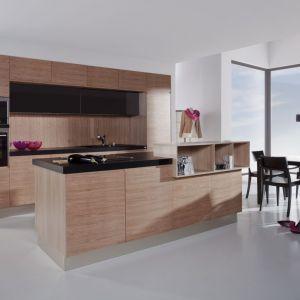 """""""Ritto"""" marki WFM Kuchnie. Ciekawa propozycja aranżacji kuchennej z wyspą, beżowa barwa drewna została delikatnie połączona z ciemniejszym kolorem. Fot. WFM Kuchnie."""