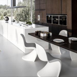 Tutaj stół jest przedłużeniem kuchennej wyspy, a jednocześnie wygodnym miejscem spożywania posiłków. Fot. Zajc Kuchnie