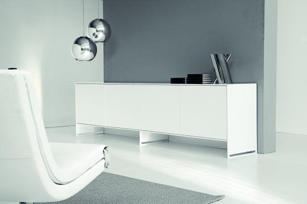 Białe meble i dodatki w salonie - zobacz inspiracje!