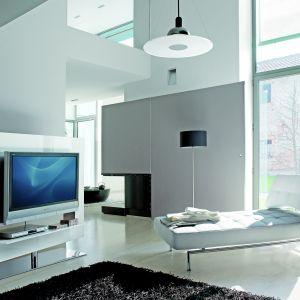 Biała szafka telewizyjna w przestronnym, jasnym wnętrzu. Fot. Bonaldo.