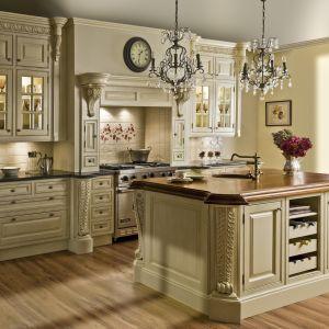 """Kuchnia """"Palladio"""" Fabryka Wnętrz inspirowana antykiem. Bogato zdobiona rzeźbami w górnych szafkach. Fot. Fabryka Wnętrz"""
