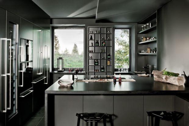 """Kuchnia """"Laboratorium"""" to nowoczesny projekt, nie pozbawiony jednak """"klimatycznych"""" akcentów, tj, otwarte półki."""