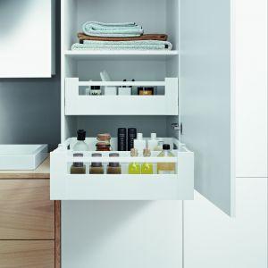 """Szuflady mogą okazać się bardzo praktycznie tylko w szafkach dolnych, ale również w wysokich. Na zdj. biała szuflada """"TANDEMBOX antaro"""" firmy Blum. Dzięki zastosowaniu szafki typu słupek zyskujemy bardzo wiele miejsca do przechowywania, zabierając mało miejsca z przestrzeni łazienki. Fot. Blum"""