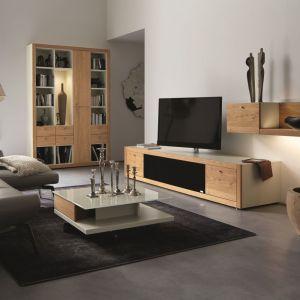 System Xelo firmy Hülsta jest nowoczesny, ale także przytulny. Wykonany z z drewna w orzechowym kolorze. Fot.  Hülsta.