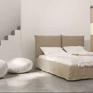 Łóżko w całości tapicerowane to sprawdzony sposób na przytulną aranżację. Trzeba je jednak odpowiednio pielęgnować, ponieważ na tkaninie może zbierać się kurz. Fot. Bonaldo