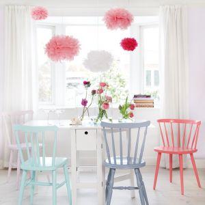 Jasne, pastelowe kolory odnowionych mebli i jasna, naturalna podłoga. Fot. Bondex.